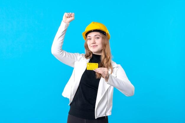 Widok z przodu żeński architekt posiadający kartę bankową na niebiesko