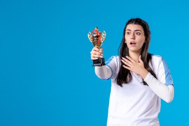 Widok z przodu żeński gracz z trofeum