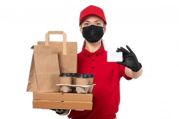 Widok z przodu żeński kurier w czerwonej koszuli, czerwonej czapce, czarnych rękawiczkach i czarnej masce, trzyma filiżanki kawy i opakowania żywności z białą kartą