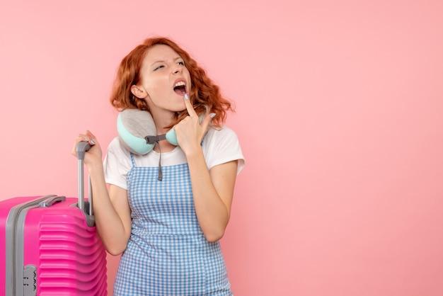 Widok z przodu żeński turysta z jej myślą w różowej torbie