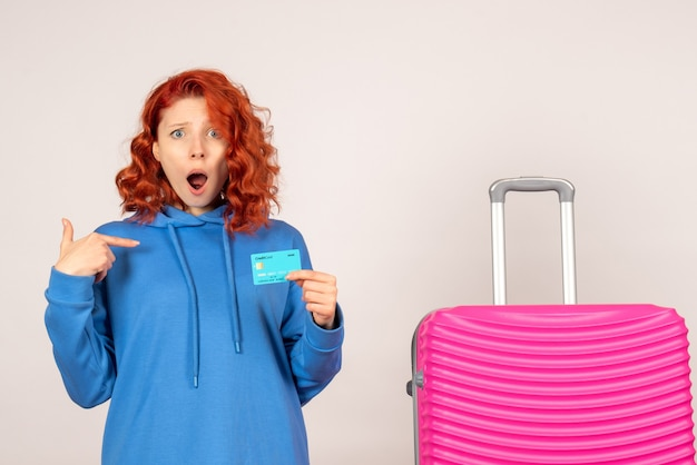 Widok z przodu żeński turysta z różową torbą i trzymając kartę bankową
