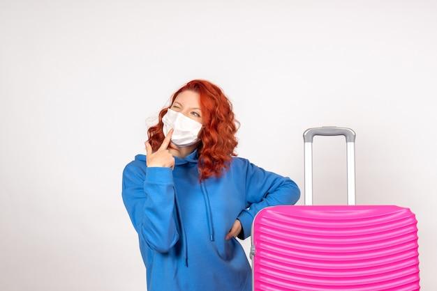 Widok z przodu żeński turysta z różową torbą w myśleniu maski