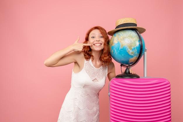 Widok z przodu żeński turysta z różową torbą