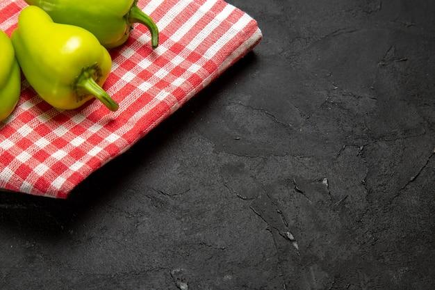 Widok z przodu zielona papryka dojrzałe warzywa na ciemnej powierzchni dojrzałe drzewo roślinne pikantne warzywo