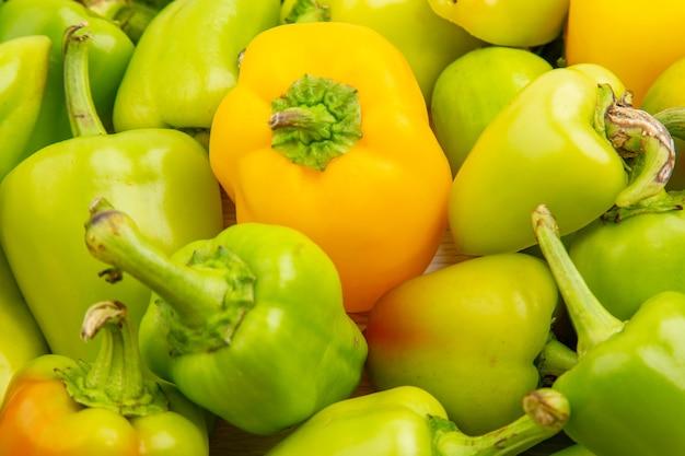 Widok z przodu zielona papryka wewnątrz ramki na białym pieprzu kolor dojrzały posiłek roślina sałatka jarzynowa zdjęcie