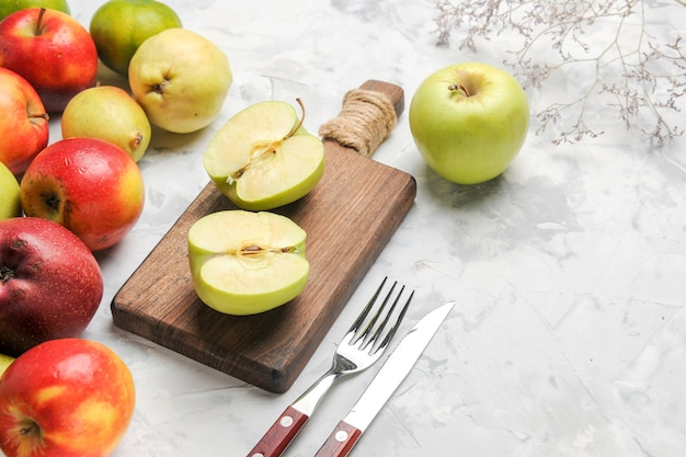Widok z przodu zielone jabłka z innymi owocami na białym stole jabłko owoce dojrzałe gruszki świeże