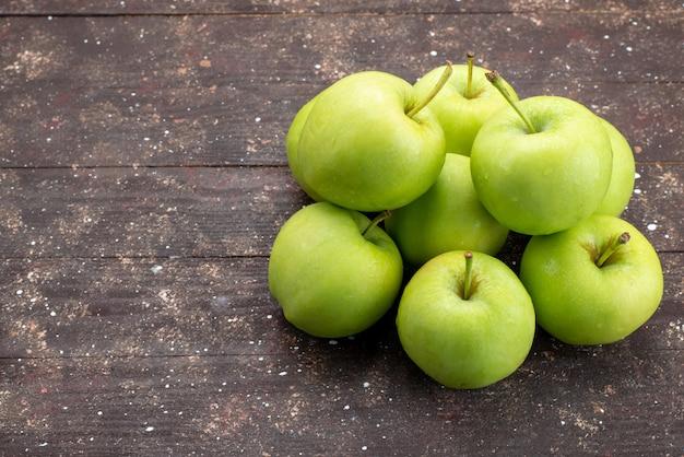 Widok Z Przodu Zielone Jabłko Słodkie Na Brązowym Drewnianym Biurku Owoce Rustykalne Całe Jabłko Darmowe Zdjęcia