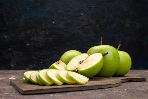 Widok z przodu zielone jabłko świeże kwaśne i łagodne na ciemnym tle kolor owoców witamina zdrowy