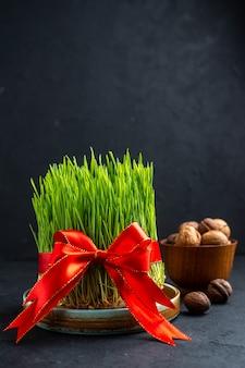 Widok Z Przodu Zielone Semeni Z Czerwoną Kokardką Na Ciemnej Powierzchni Premium Zdjęcia