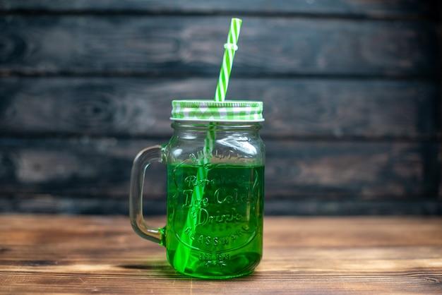 Widok z przodu zielony sok jabłkowy wewnątrz puszki na brązowym drewnianym biurku pić zdjęcie koktajl kolor owoców