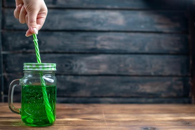 Widok z przodu zielony sok jabłkowy wewnątrz puszki ze słomą na ciemnych owocach pić zdjęcie kolor koktajl bar