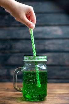 Widok z przodu zielony sok jabłkowy wewnątrz puszki ze słomą na ciemnym napoju owocowym zdjęcie kolor koktajl bar