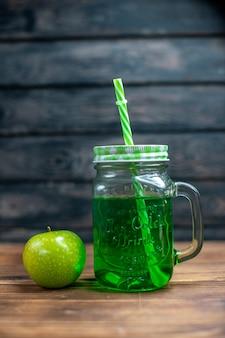 Widok z przodu zielony sok jabłkowy wewnątrz puszki ze świeżymi zielonymi jabłkami na drewnianym biurku napój zdjęcie koktajl bar kolor owoców fruits