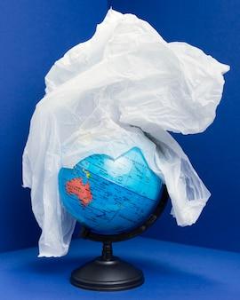 Widok z przodu ziemskiej kuli ziemskiej pokrytej plastikiem