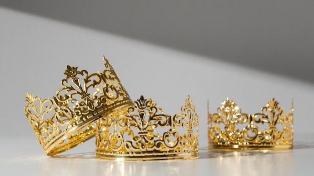 Widok z przodu złotych koron na dzień trzech króli