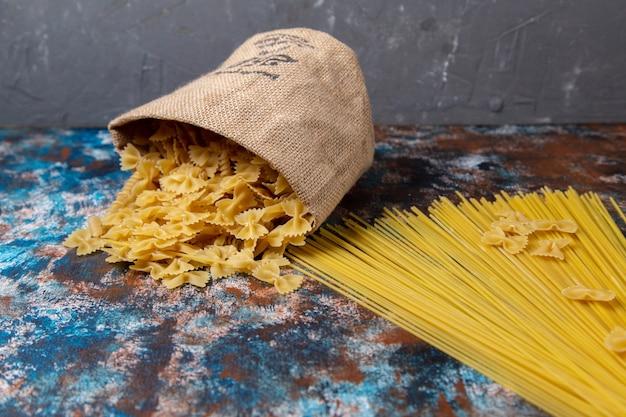 Widok z przodu żółty surowy makaron na biurku