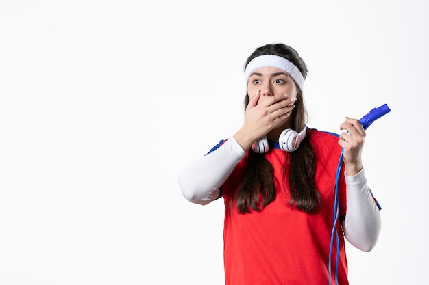 Widok z przodu zszokowana młoda kobieta w strojach sportowych ze skakankami