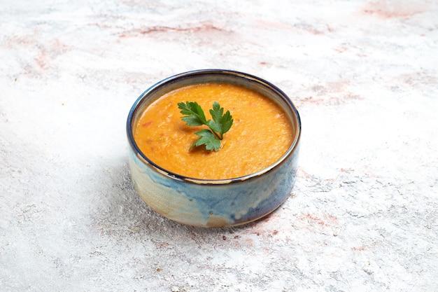 Widok z przodu zupa fasolowa zwana merci wewnątrz płyty na białej powierzchni zupa posiłek jedzenie fasola warzywna