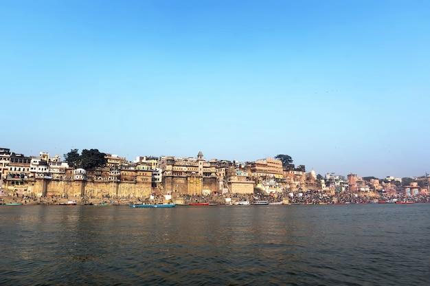 Widok z rzeki ganges w varanasi, starożytnym świętym indyjskim mieście.