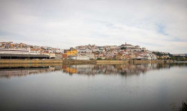 Widok z rzeki mondegoo zabytkowego centrum miasta coimbra, portugalia.