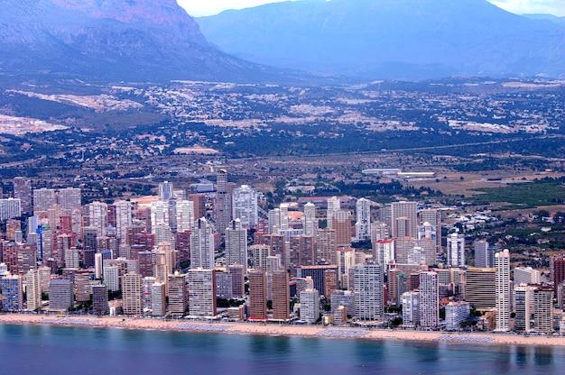 Widok z samolotu na wspaniałe i turystyczne śródziemnomorskie miasto benidorm w hiszpanii