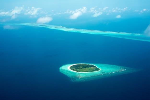 Widok z samolotu na wyspę położoną na malediwach