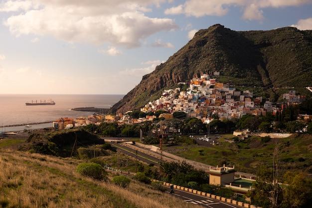 Widok z san andres i las teresitas plaży w santa cruz de tenerife, wyspy kanaryjskie, hiszpania.