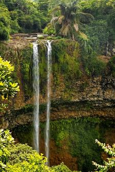 Widok z tarasu widokowego na wodospad w parku przyrody chamarel na mauritiusie.