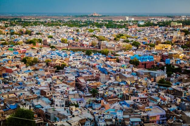 Widok z tarasu widokowego starego miasta, przedstawiający całe miasto