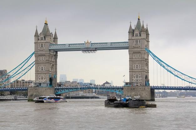Widok z tower bridge w londynie, w anglii z chmurnym szarym niebem