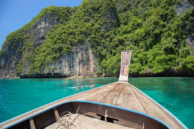 Widok z tradycyjnej tajskiej łodzi longtail, podczas gdy turyści snorkeling i nurkowanie w oceanie, wyspy phi phi, tajlandia
