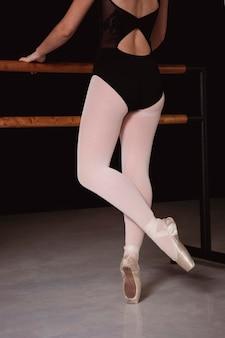 Widok z tyłu baleriny w trykocie i pointe butach