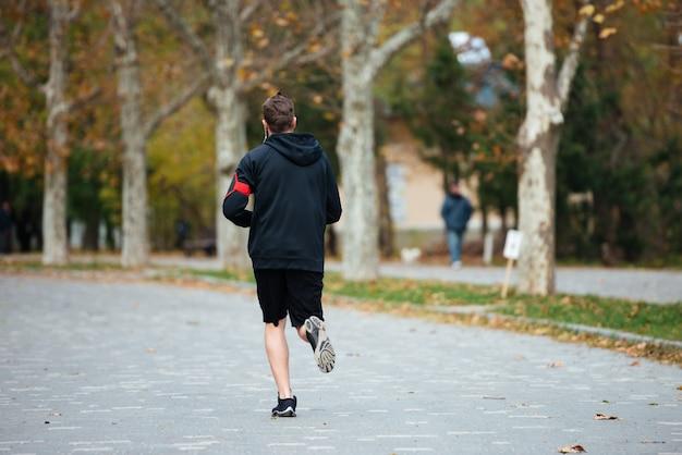 Widok z tyłu biegacza w pełnym obrazie parku