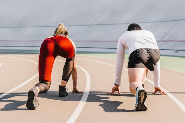 Widok z tyłu biegaczy zajmujących pozycję
