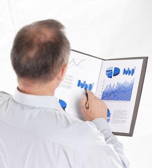 Widok z tyłu.biznesmen czytający dokument finansowy.zdjęcie z miejscem na kopię