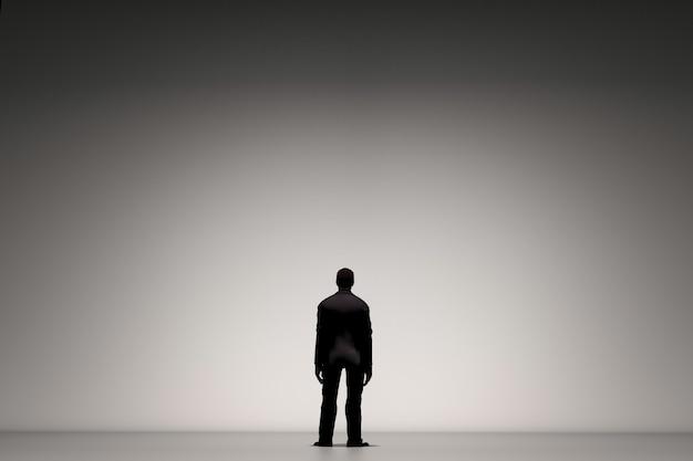 Widok z tyłu biznesmena stojącego samotnie