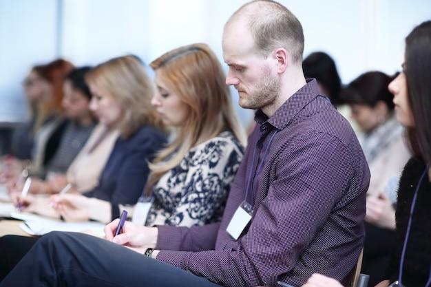 Widok z tyłu.biznesmeni siedzący w sali konferencyjnej.biznesowe tło