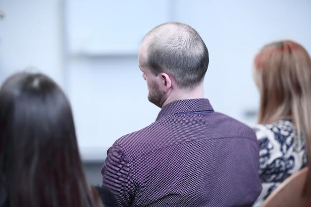 Widok z tyłu. biznesmeni siedzący w sali konferencyjnej