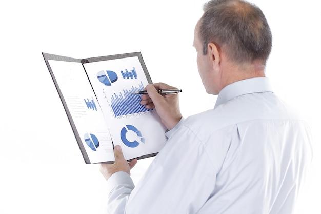 Widok z tyłu.businessman czyta dokument finansowy. zdjęcie z miejscem na kopię