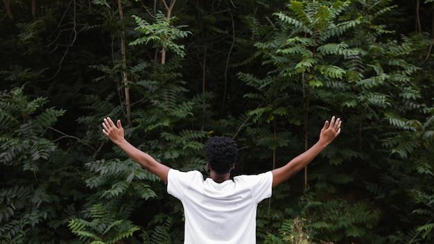 Widok z tyłu człowiek czuje się wolny