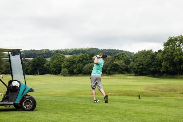 Widok z tyłu człowieka gry w golfa