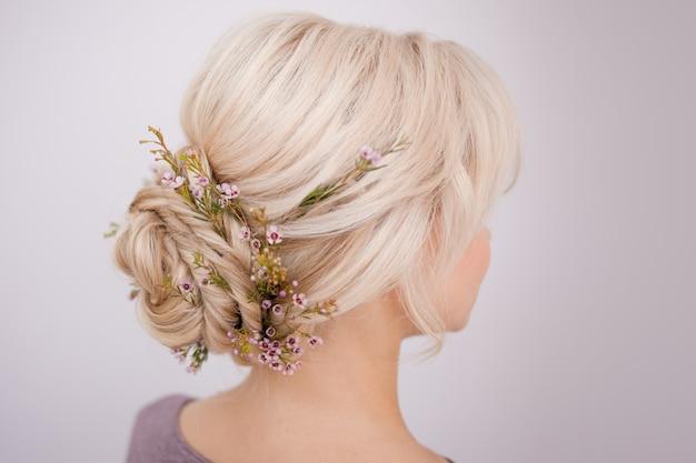 Widok z tyłu głowy kobiety. zrób elegancką fryzurę z płatkami