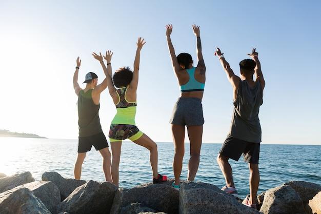 Widok z tyłu grupy szczęśliwych ludzi sportu