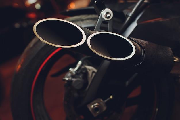 Widok z tyłu klasycznej pary wydechowych chromowanych rur motocyklowych