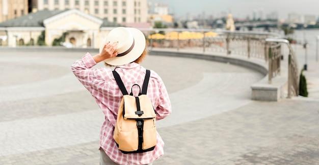 Widok z tyłu kobieta podróżująca z miejsca na kopię