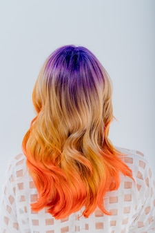 Widok z tyłu, kobieta z kolorowymi włosami. dziewczyna z makijażem i fryzurą.,