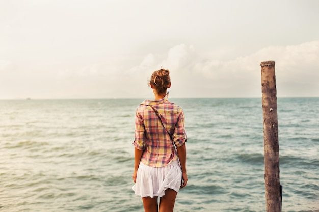 Widok z tyłu kobiety patrząc na morze