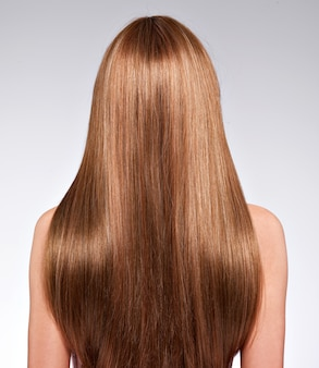 Widok z tyłu kobiety z długimi włosami - studio