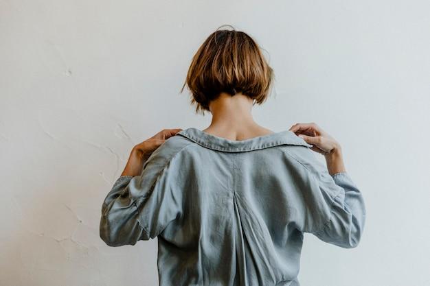 Widok z tyłu krótkich farbowanych włosów w dżinsowej koszuli