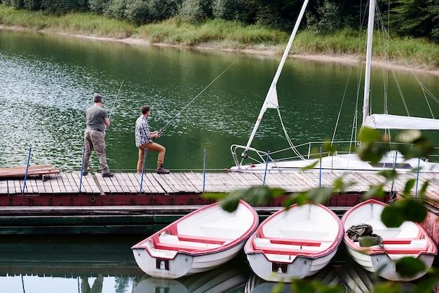 Widok z tyłu łowiącego syna i ojca